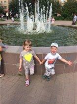 Даня с Миланой  у фонтана!