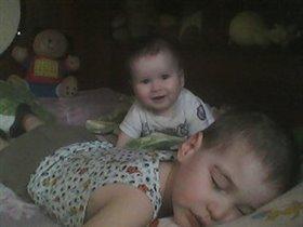 Старший брат спит, а сестра его будит