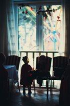 Маленький принц смотрит на звезды за окном.