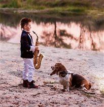 Преданная поклонница маленького саксофониста
