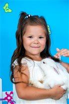 Полина и ее любимица кролик Ева