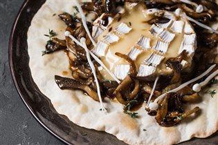 Горячие закуски на Новый год: запеченный камамбер с грибами, рецепт с фото