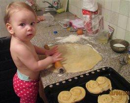 Сладкая доченька булочки печёт.!!1