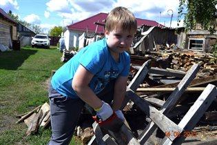 Никита любит пилить дрова