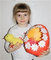 Пасхальное яйцо и цыпленок