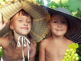 Мои доченьки на даче в винограднике!