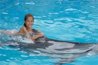 Аня и дельфин. Лето 2016