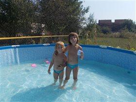 на даче в бассейне