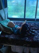 любимое занятие - отобрать у брата книгу и читать)
