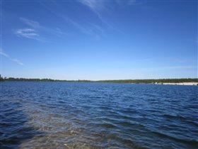 Синее небо над озером