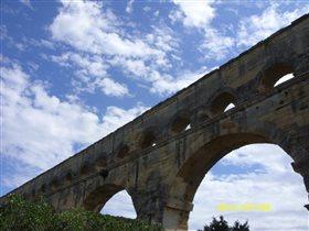 кусочек неба на фоне моста
