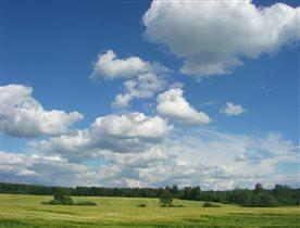 Летнее небо и облачка над ярославским шоссе.