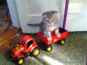 ...красный трактор едет к нам.....
