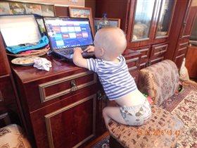 Мой маленький зайчик решил посидеть в интернете)))