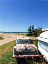 Славный ГАЗ-21, доживающий свои дни на пляже.