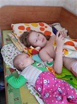 Детишки проводят время в ютубе)