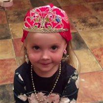 Дочь Аллы Пугачевой и Максима Галкина Лиза, фото и видео : 'Я - королева! И вот серёжки, настоящие!'