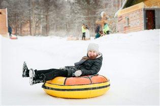 Снег летит в глаза и ушки от катания на плюшке :-)