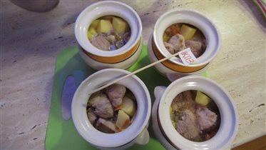 Блюдо Зразы А ля Нельсон мясо в горшочке с грибами