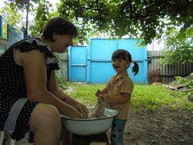 Как я люблю бабушке помогать!!!!