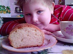 Сам испек хлеб.