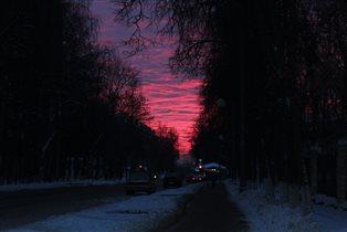 Багровое одеяло рассвета накрыло все небо