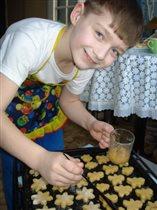 Мой сын Павел Помогает маме печь пряники