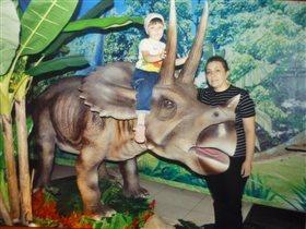 На любимом динозавре