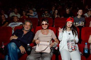 Екатерина Климова с детьми, Ирина Хакамада с мужем и 20-летней дочерью на премьере