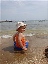 Сыночек первый раз на море!