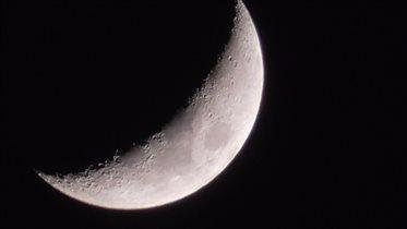 луна, похожая на кусочек сыра...