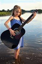 Лина с гитарой на реке