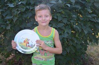 Валера с тарелкой