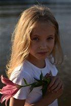 Лина у реки с цветком