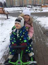 в Москве снега мало,но все равнокатаемся на санках