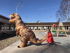 Поймала динозавра)