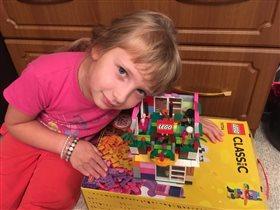 Я в игре! Лера очень любит строить дома из констру