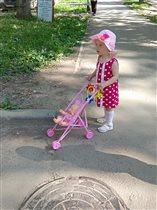 Малышка Капитолина на прогулке в солнечный денёк!