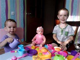 Из игрушечной посуды пьем игрушечный мы чай!