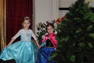 Анастасия и Дарья в роли Эльзы и Анны.