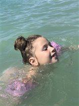 Первый раз купаемся на море)