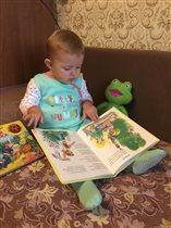 Сонюшка очень любит книжки.