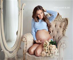 Фотосессия беременной в студии с цветами