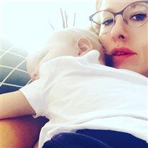Ксения Собчак: фото с сыном на плече