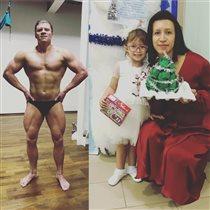 Елена Борщева похвасталась мужем в трусах: 'Надо было мишурой обмотать'