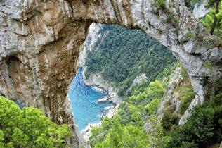 Природная арка на острове Капри. Италия
