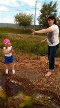 Внучка учит бабулю рыбачить)