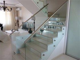 Лестницы и ограждения из стекла