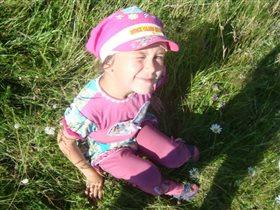 Деревенская девочка около пруда.