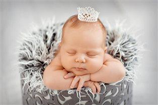 Принцессы  даже спят в коронах